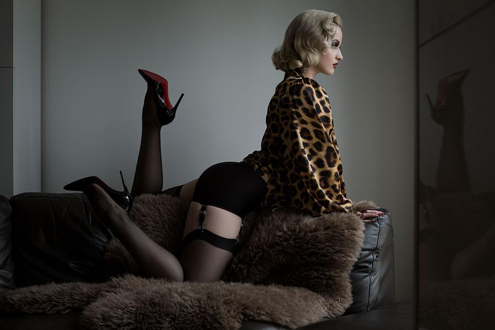 Burlesque Book - Didi Derriere burlesque performer #10YearsOfBurlesque